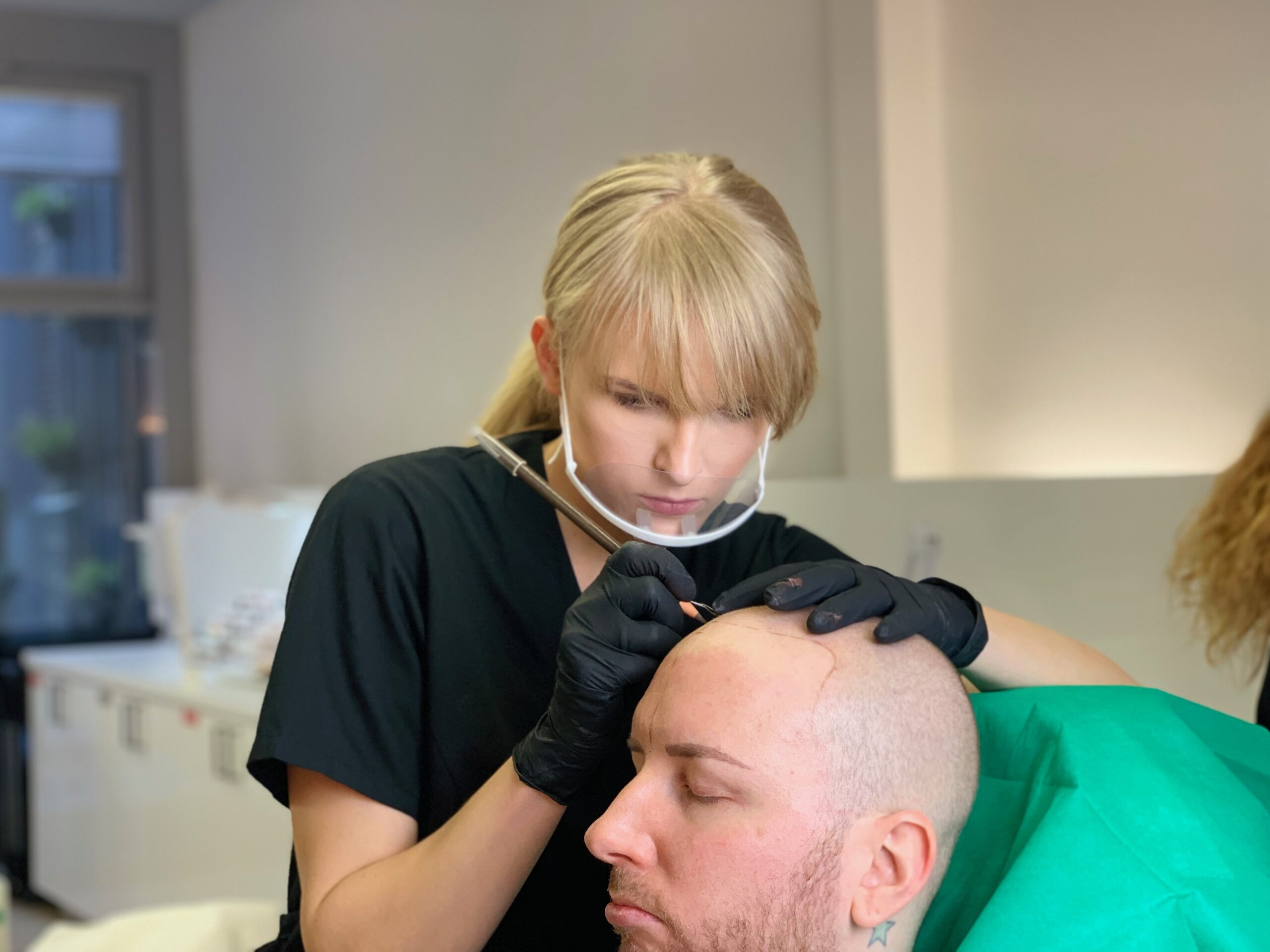 Skalpo permanentinio makiažo procedūra